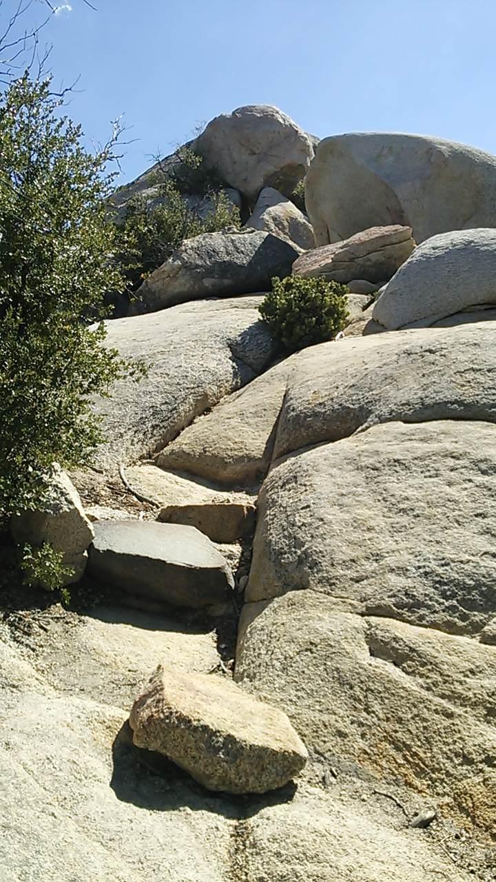 頂上直下の大岩群