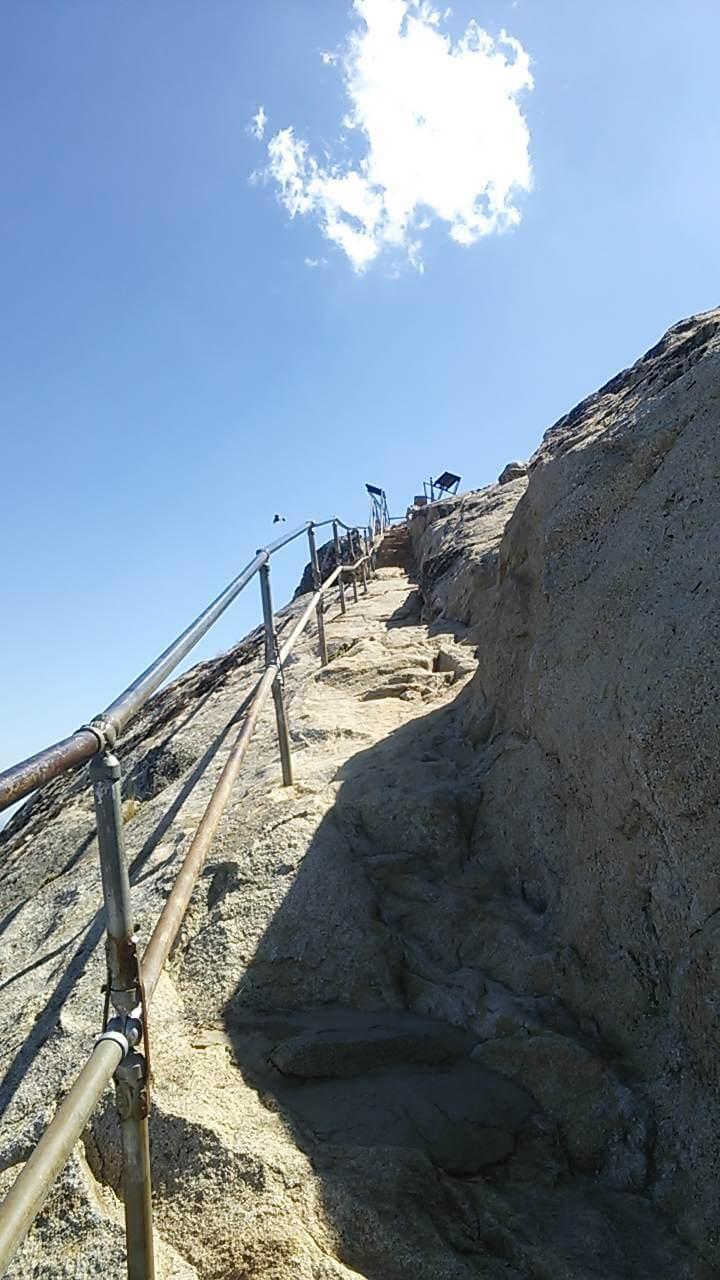 頂上に続く岩階段