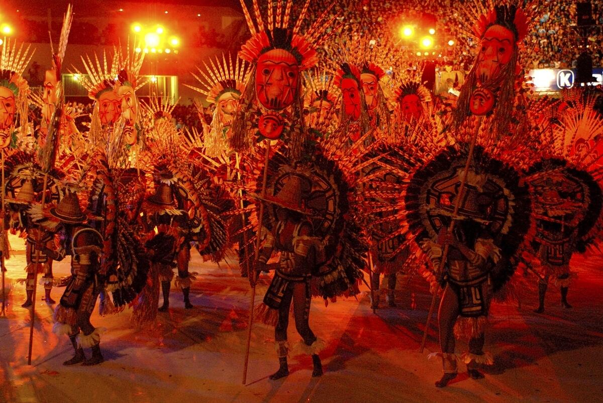 華麗なインディオの衣装でボイブンバを踊る